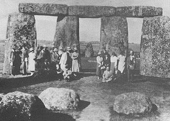 "Miembros del ""Straight Track Club"" en Stonehenge, ca 1930"